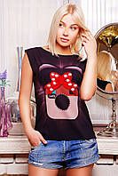 Эксцентричная футболка оформлена своеобразным дизайнерским принтом