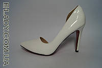 Белые лаковые туфли с вырезом на шпильке