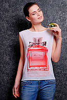 Модная футболка удобного покроя на передней полочке оформлена необычным рисунком
