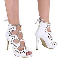 Женские белые босоножки под змеиную кожу на молнии с шнуровкой и перфорацией  и высоким каблуком