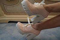 Стильные модные женские лакированные бежевые туфли на тракторной подошве.  АРТ-0513