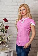 Женская рубашка розового цвета с коротким рукавом, украшена кружевом.