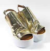 Золотые босоножки на платформе