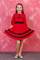 Красное платье с контрастным поясом черного цвета