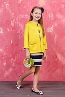 Классическое платье с желтым кардиганом