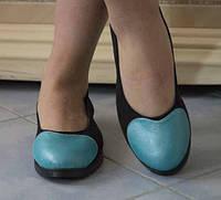 Оригинальные женские туфли-балетки с голубой вставкой в виде сердца на плоской подошве экокожа