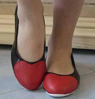 Модные женские туфли-балетки с красной вставкой в виде сердца на плоской подошве экокожа