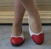 Белые женские туфли-балетки с красной вставкой в виде сердца на плоской подошве экокожа
