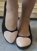Стильные женские туфли-балетки с розовой вставкой в виде сердца на плоской подошве экокожа