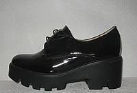 Туфли женские модные на тракторной подошве чёрные лаковые