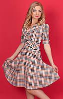 Женское платье в клетку с рукавом до локтя.