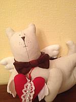 Мягкая игрушка - кошка с красным сердечком в стиле Тильда