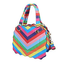 Женская сумка черного цвета с геометричным разноцветным принтом декором в виде волнистых краев двумя ручками и съемным ремнем для переноски