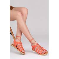Женские сандалии с заклепками на завязках персикового цвета
