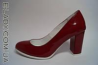 Красные туфли на маленьком устойчиом каблуке натуральный лак
