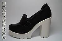 Черные ботиночки из натуральной замши на белой тракторной подошве