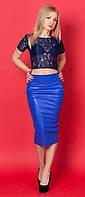 Женский костюм-двойка: кожаная юбка-карандаш синего цвета + гипюровая блуза.