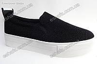 Женские текстильные  туфли слипоны черного цвета на белой подошве