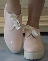 Лаковые женские туфли на шнурках-ленточках на белой платформе