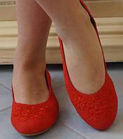 Оригинальные женские туфли-балетки с цветочным узором на плоской подошве на маленьком каблучке
