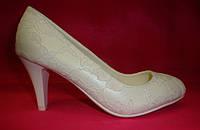 Свадебные белые туфли в гипюре на среднем каблуке