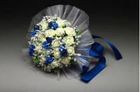 Букет-деблер айвори розы с синими бутончиками