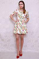 Нарядное летнее платье с красивым цветочным принтом и поясом на талии