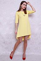 Модное платье в жёлтом цвете ассиметричного кроя с украшением