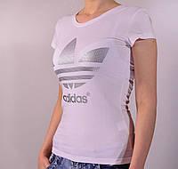 Футболка спортивного стиля с логотипом Adidas белого цвета