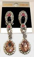Стильные серьги - подвески с розовыми и белыми камнями