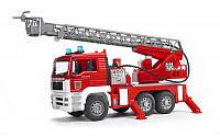 Bruder 02771 игрушка - пожарный грузовик с лестницей, водяной помпой, светом и звуком
