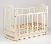 Кроватка  детская с ящиком и возможностью качания для новорожденного (маятник) ваниль с полозьями резная ольха