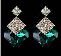 Зеленые серьги. Серьги с крупным зеленым камнем и кристаллами