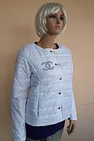 Женская короткая демисезонная куртка белого цвета