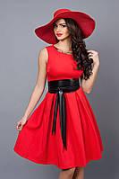 Шикарное вечернее платье красного цвета с черным кожаным поясом на талии