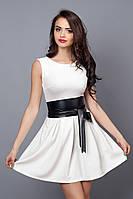 Нарядное белое платье с пышной юбкой и кожаным поясом на талии