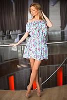 Летнее яркое короткое платье в цветы с оборкой