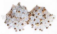 Серьги-гвоздики под золото с белыми бусинами