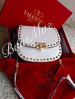 Женская сумка Valentino Garavani  с шипами белая