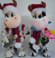 Мягкая игрушка ST2135BT корова в новогодних костюмах, музыкальная, интерактивная игрушка