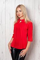 Эффектная красная блуза прямой крой  с брошью