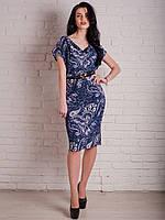 Стильное летнее платье с абстрактным рисунком с оригинальным вырезом декольте