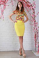 Красивый костюм из летней коллекции с модным ярким принтом