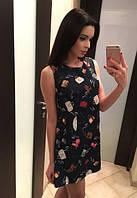 Принтованное летнее женское платье прямого фасона без рукавов фактурный трикотаж