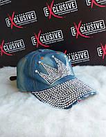 Стильная джинсовая кепка с короной.