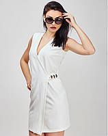 Белое платье с украшением на талии