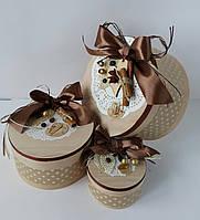 Кофейная круглая подарочная коробка ручной работы в коричневом тоне, с корицей,кофейными зёрнами и бантом