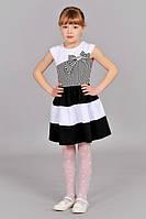 Детское платье в черно-белую полоску.