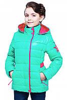 Яркая детская куртка с капюшоном.