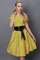 Яркое желтое платье в мелкий черный горох